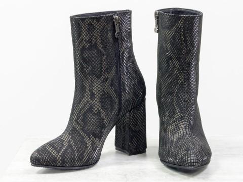 Весенние ботильоны на каблуке из натуральной кожи с текстурой змея