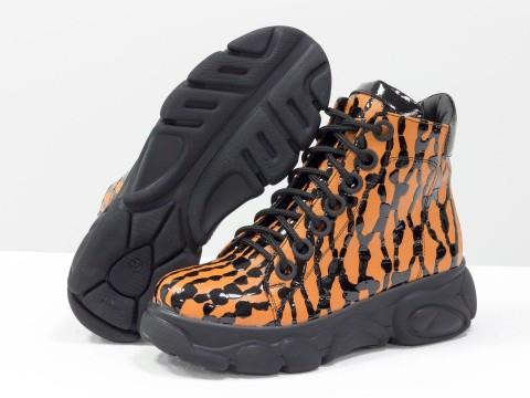 Женские ботинки из натуральной кожи оранжевого цвета с черными каплями лака