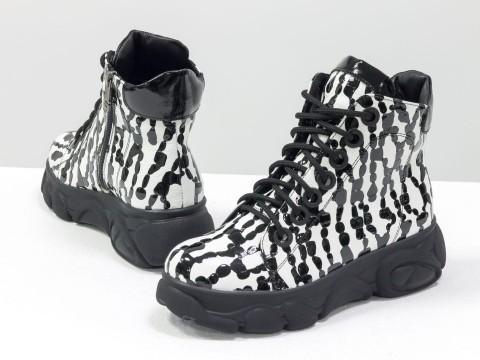 Женские ботинки из натуральной кожи белого цвета с черными каплями лака