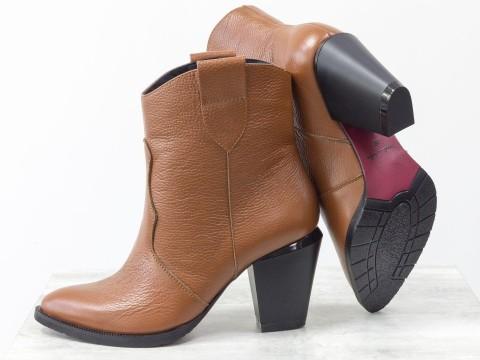 Женские рыжие казаки из натуральной кожи на устойчивом скошенном каблуке