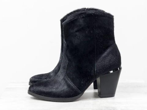 Невысокие сапожки казаки из меха пони черного цвета на устойчивом  каблуке