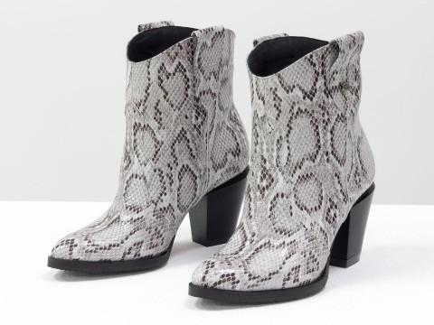 Женские казаки из натуральной кожи змея на скошенном каблуке