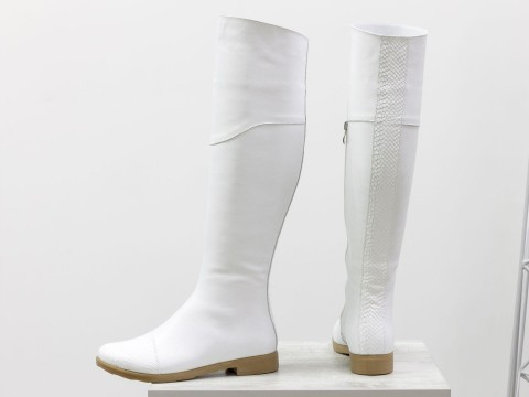 """Белые сапоги ботфорты на низком ходу из гладкой кожи с вставкой """"питон"""""""