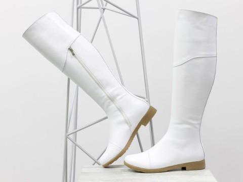 Белые сапоги ботфорты из натуральной кожи на низком ходу