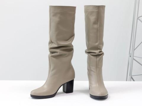 Женские бежевые сапоги на каблуке из натуральной кожи