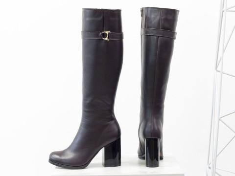 Классические коричневые сапоги из натуральной кожи на глянцевом каблуке