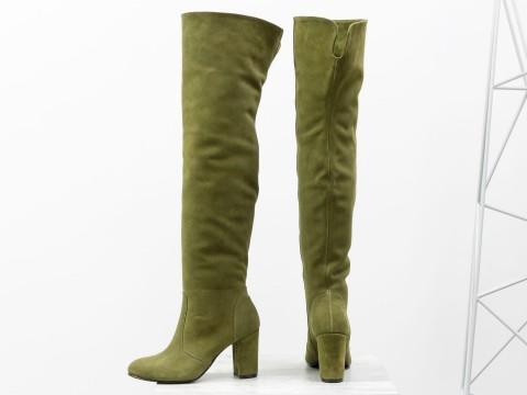 Высокие сапоги ботфорты из замши оливкового цвета на каблуке