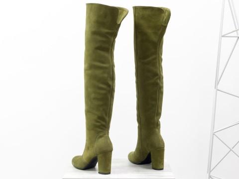 Высокие сапоги ботфорты из натуральной замши оливкового цвета на удобном каблуке