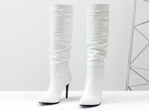 Женские сапоги на шпильке из натуральной кожи белого цвета