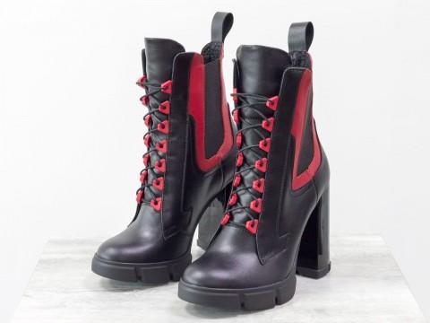 Ботильоны на высоком каблуке из натуральной кожи черного и красного цвета со шнуровкой