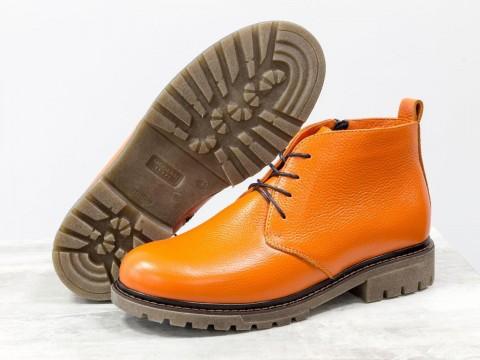 Ботинки натракторной подошве из кожи ярко оранжевого цвета