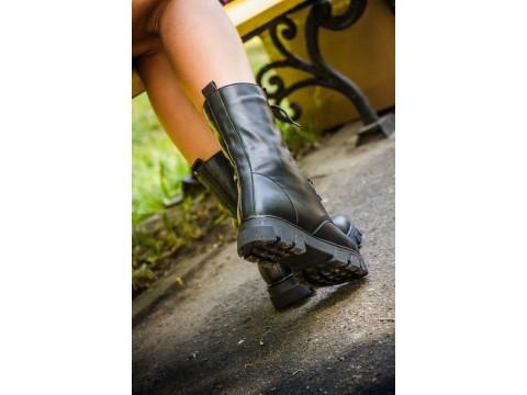 Черные ботинки со шнурками на устойчивой подошве