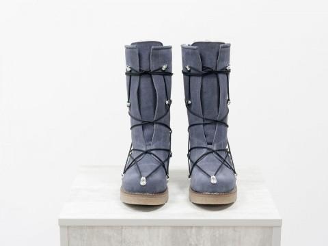 Спортивные женские ботинки из натуральной замши серого цвета  украшены шнуровкой