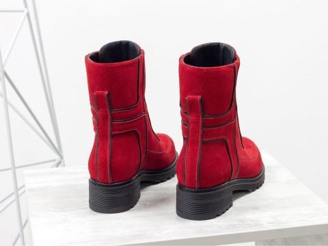 Замшевые женские ботинки красного цвета на утолщенной подошве
