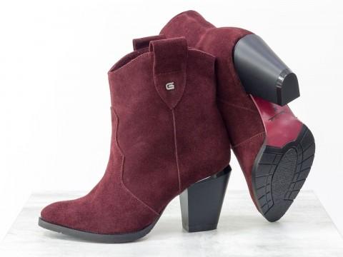 Женские бордовые казаки из натуральной замши на устойчивом скошенном каблуке
