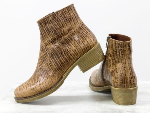 Женские ботинки на молнии из кожи рыжего цвета с текстурой Кроко