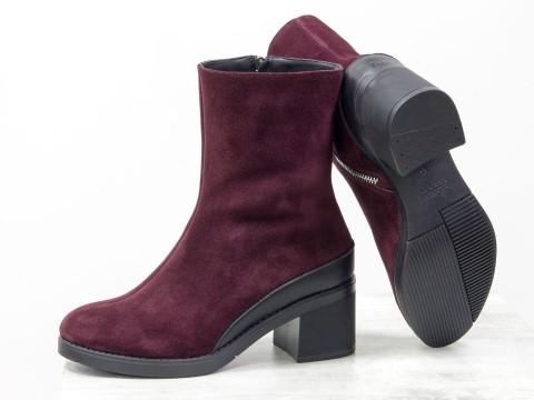 Женские ботинки на среднем каблуке из замши бордового цвета