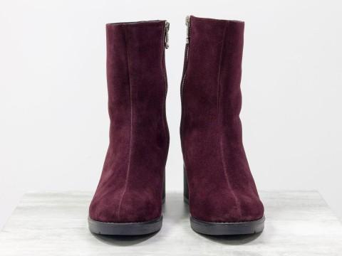 Женские ботинки на среднем каблуке из натуральной замши бордового цвета