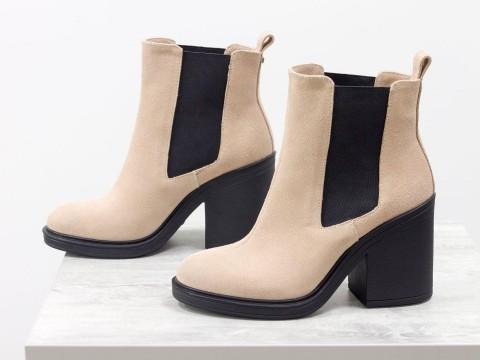 Женские ботинки на среднем каблуке из натуральной замши персикового цвета