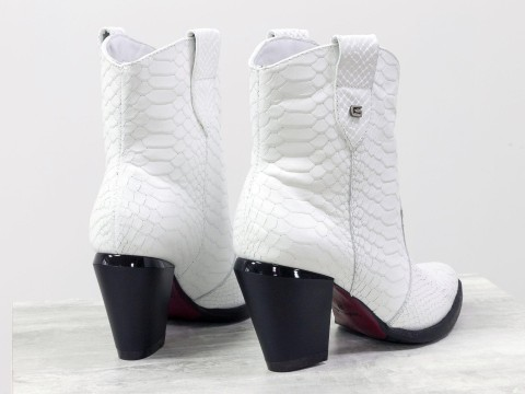 Женские белые казаки из натуральной кожи с текстурой рептилия на скошенном каблуке