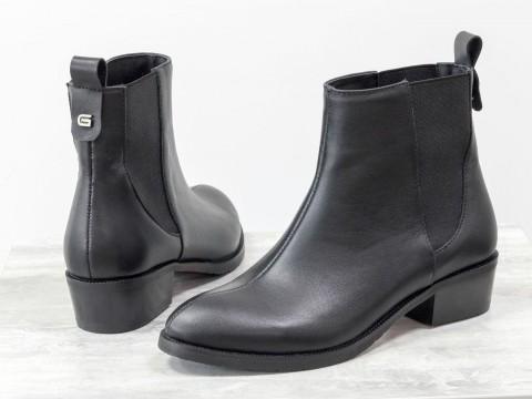 Женские классические ботинки из кожи черного цвета на невысоком каблуке
