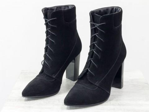 Женские замшевые ботильоны черного цвета со шнуровкой на глянцевом каблуке