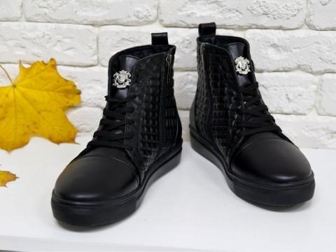 Высокие кеды на шнуровке из натуральной стеганой кожи черного цвета c перламутровым переливом на черной подошве