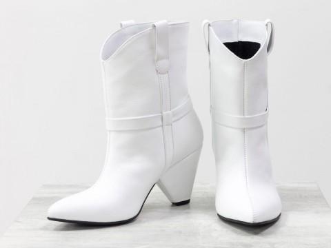 Белые сапоги казаки из натуральной кожи на треугольном каблуке