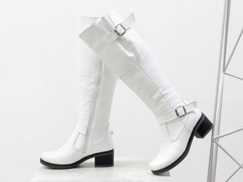 Белые высокие сапоги из кожи на маленьком каблуке, сезон осень-зима