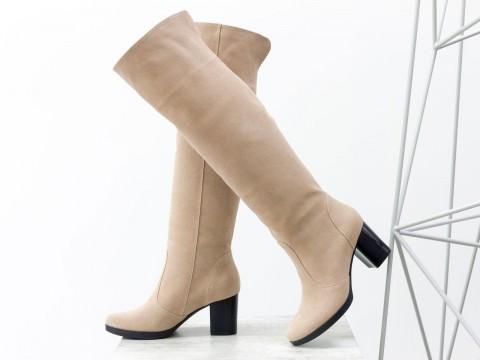Бежевые замшевые ботфорты на удобном каблуке, сезон осень-зима
