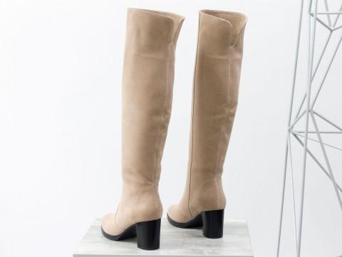 Бежевые замшевые ботфорты на удобном среднем каблуке
