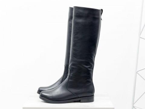 Черные высокие сапоги из натуральной кожи на маленьком каблуке