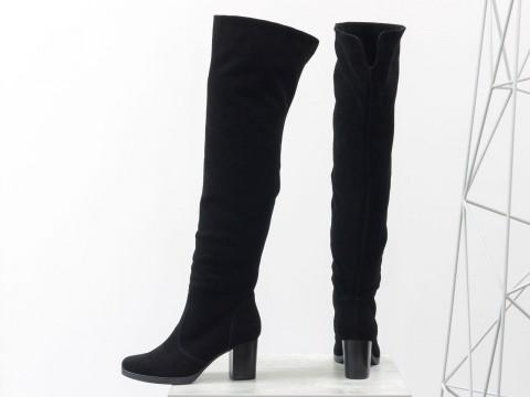 Черные замшевые ботфорты на удобном среднем каблуке