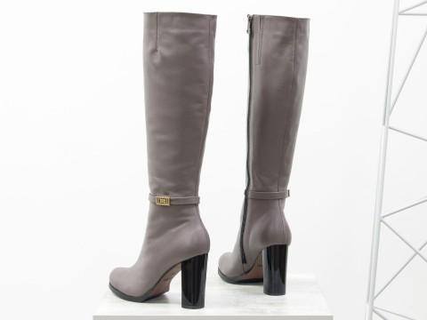 Классические сапоги на высоком каблуке из натуральной кожи грязно-сиреневого цвета