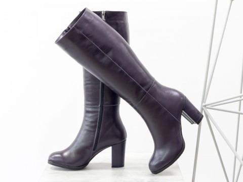 Классические женские сапоги из кожи фиолетового цвета на высоком каблуке