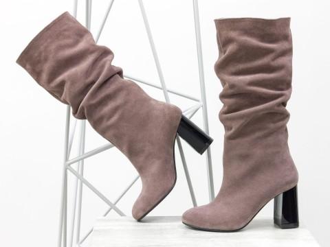 Сапоги-гармошки из замши светло-коричневого цвета на глянцевом каблуке