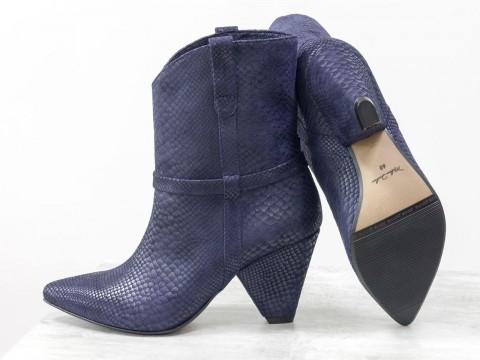 Сапоги казаки синего цвета из натуральной кожи с текстурой питон на конусообразном каблуке