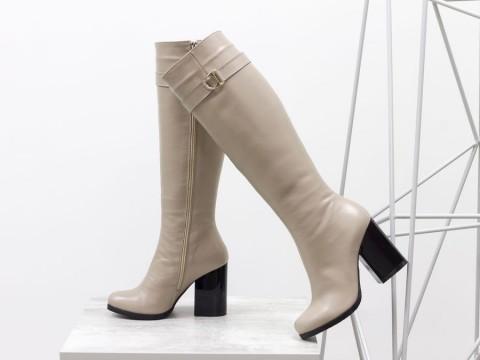 Высокие сапоги бежевого цвета из гладкой кожи на удобном каблуке, М-17405-02