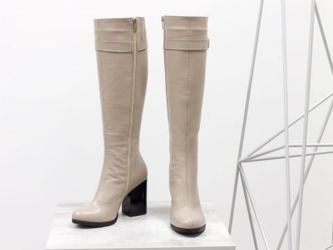 Весенние сапоги на каблуке из натуральной кожи бежевого цвета