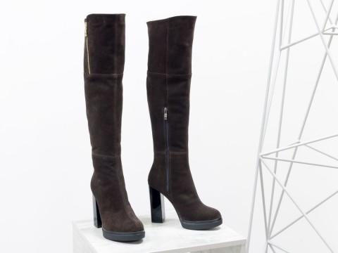 Высокие коричневые ботфорты из замши на высоком каблуке