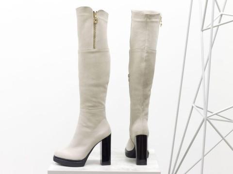Высокие замшевые ботфорты светло бежевого цвета на каблуке