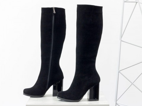 Женские замшевые сапоги на глянцевом каблуке черного цвета, М-17405-04