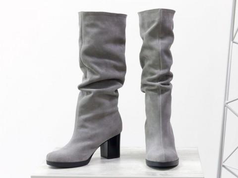 Замшевые светло-серые сапоги-гармошки на среднем каблуке