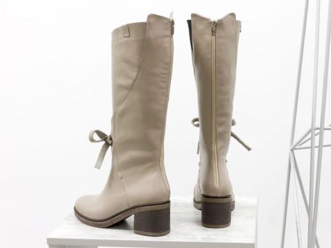 Женские бежевые сапоги из натуральной кожи на не высоком каблуке