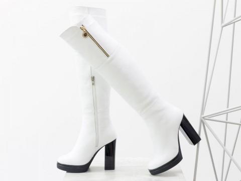 """Женские ботфорты на высоком каблуке из кожи """"зерно"""" белого цвета"""