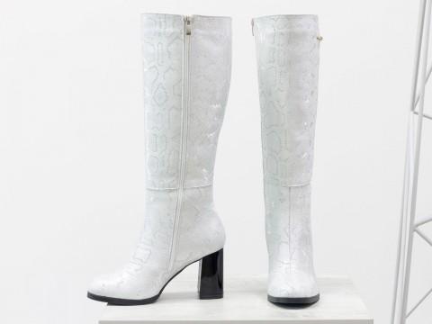 Женские сапоги из натуральной серебряной кожи с текстурой питон на каблуке