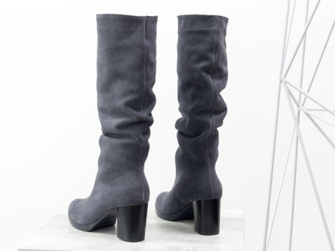 Женские серые сапоги на осень из натуральной замши на среднем каблуке