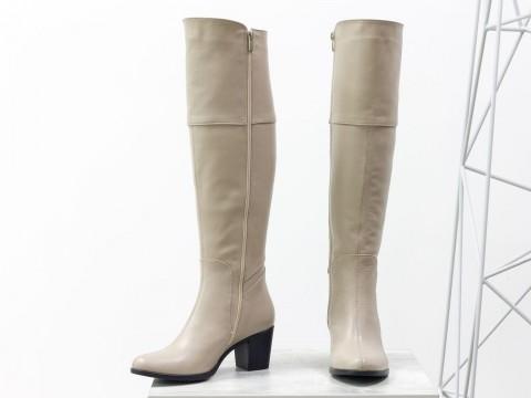 Женские высокие сапоги из натуральной кожи светло-бежевого цвета на каблуке