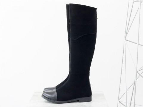 Женские высокие сапоги из натуральной замши черного цвета на низком ходу