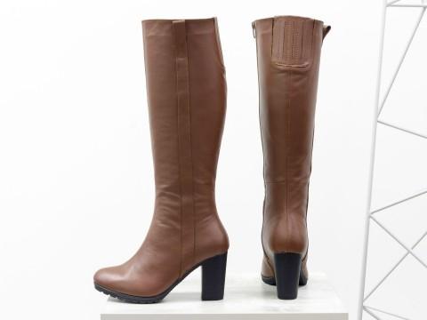 Женские высокие сапоги на зиму светло-коричневого цвета на каблуке
